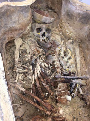 Squelette mis au jour après l'ouverture du premier sarcophage en plomb (clMicaël Allainguillaume, Craham).