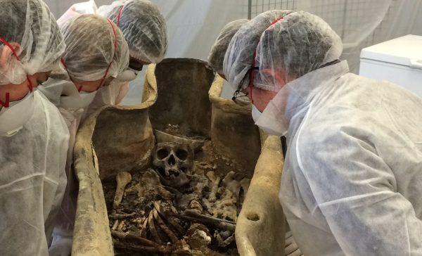 Squelette mis au jour après l'ouverture du premier sarcophage en plomb (cl. Micaël Allainguillaume, Craham).