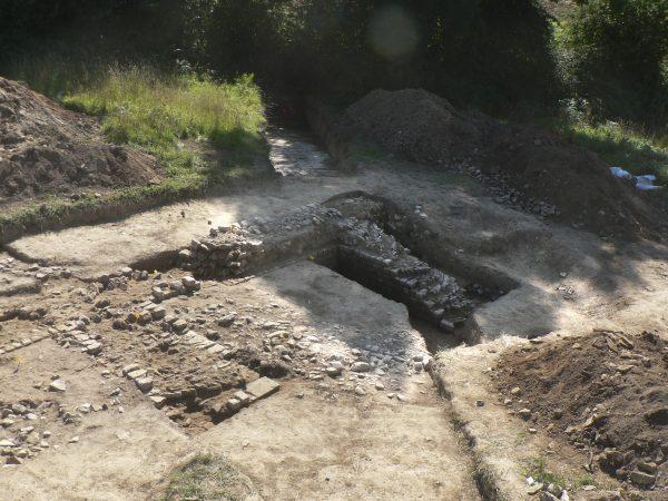 Théâtre d'Alauna, les deux contreforts en soutien du mur de scène près de l'angle oriental de l'édifice (cl. L. Paez-Rezende, Inrap).