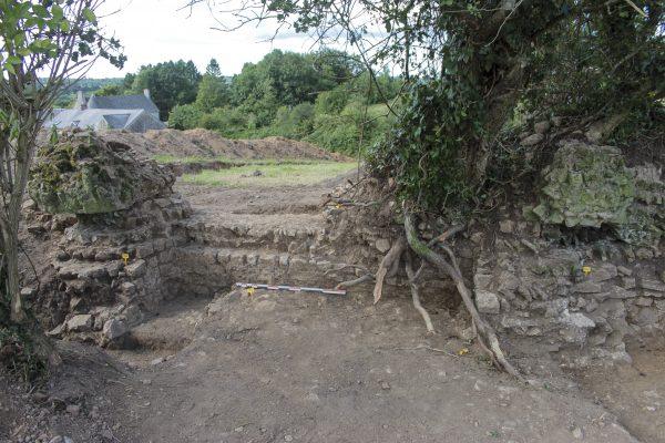 Théâtre d'Alauna, l'entrée du vomitoire axial encadrée par deux piédroits légèrement en saillie externe du mur de contour et servant également de contreforts (cl. L. Paez-Rezende, Inrap).