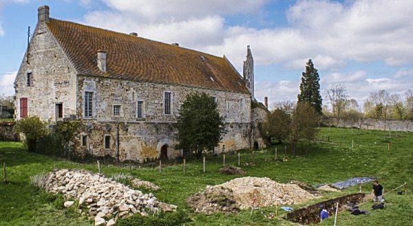 Fouille du carré claustral de l'abbaye savignio-cistercienne de Saint-André-en-Gouffern (La Hoguette, Calvados).