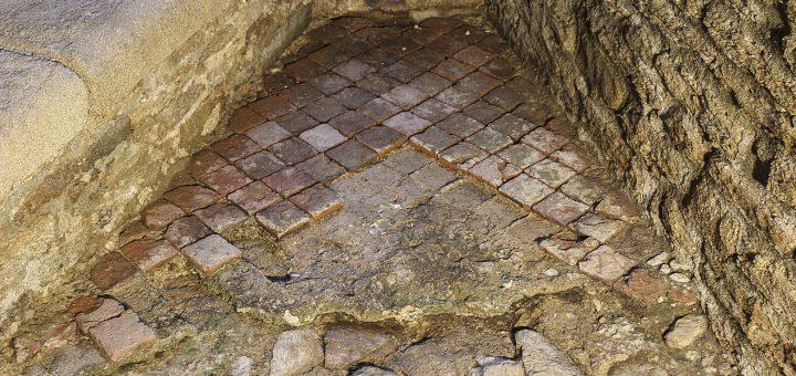 Carreaux de pavement en place découverts dans une des fenêtres du logis de Jean V au cours de l'étude archéologique du bâti (en novembre 2015) (cl. K. Vincent).