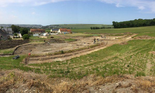 Vue générale du chantier de fouille. À droite, le bâtiment 1, à gauche, le bâtiment 2 (cl. M. Allainguillaume, Craham).