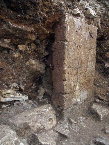 Fig. 5: Nouveau bâtiment roman longé par un pavage conservé sous la cour palatiale (au premier-plan) (cl. J. Villaregut)