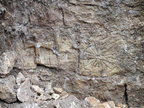 Fig. 8: Détail des graffitis apparus sur le mur nord de la prison (cl. F. Bonhomme)