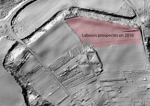 Les emplacements remarquables de la ville médiévale de Thérouanne sur le fond LiDAR sol. La zone colorée a fait l'objet de prospections géophysiques magnétique et électrique réalisées par la société Géocarta. En 2017, à l'issue du PCR, toutes les parcelles accessibles de la « Vieille Ville » auront été traitées. Les vestiges sont profondément enfouis sous les déblais. Des murs de clôture, des bâtiments, des voies apparaissent en sombre.